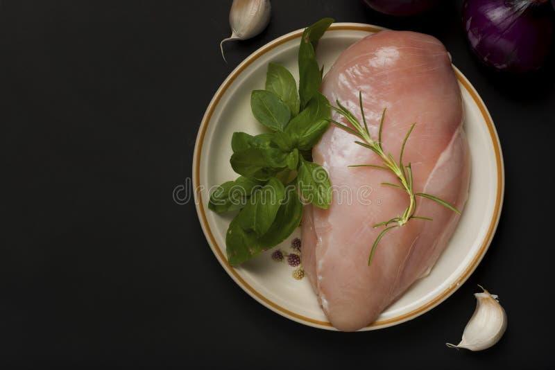 Сырцовые филе куриной грудки на плите готовой для варить с красным луком и специями Взгляд сверху с космосом экземпляра Черная пр стоковое изображение rf