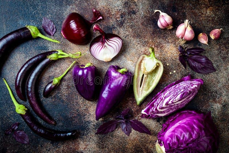 Сырцовые фиолетовые сезонные овощи над деревенской предпосылкой Взгляд сверху, плоское положение стоковые изображения