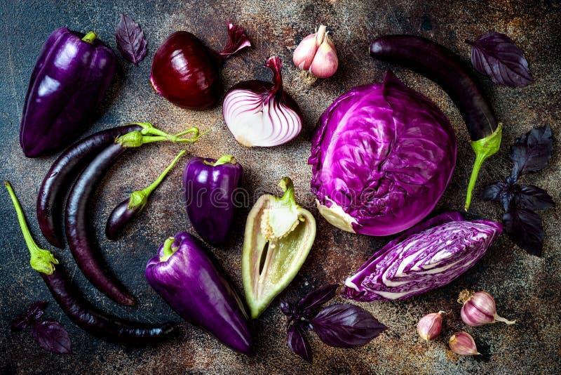 Сырцовые фиолетовые сезонные овощи над деревенской предпосылкой Взгляд сверху, плоское положение стоковые фотографии rf