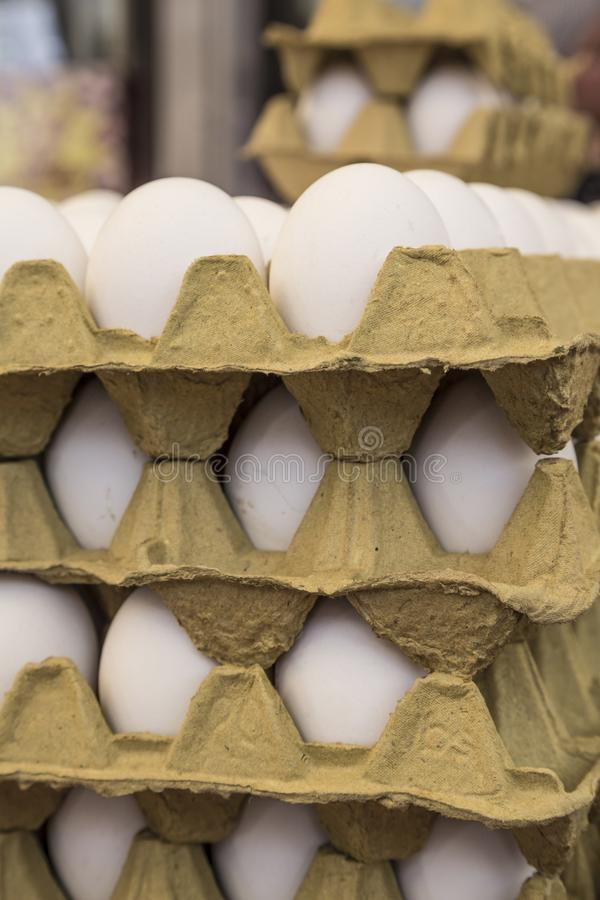 Сырцовые яичка в дисплеях коробки для продажи в продовольственном рынке стоковые изображения