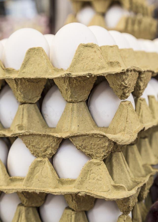 Сырцовые яичка в дисплеях коробки для продажи в продовольственном рынке стоковые изображения rf