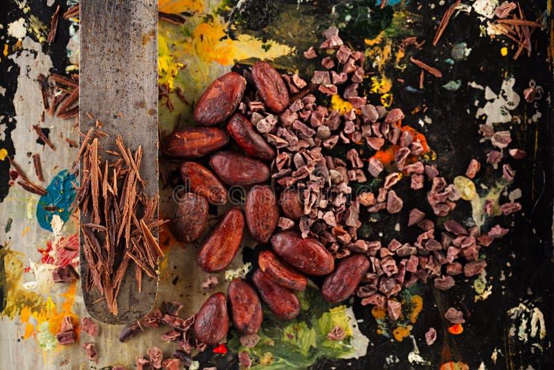 Сырцовые nibs какао, shredded шоколад и бобы кака стоковое фото