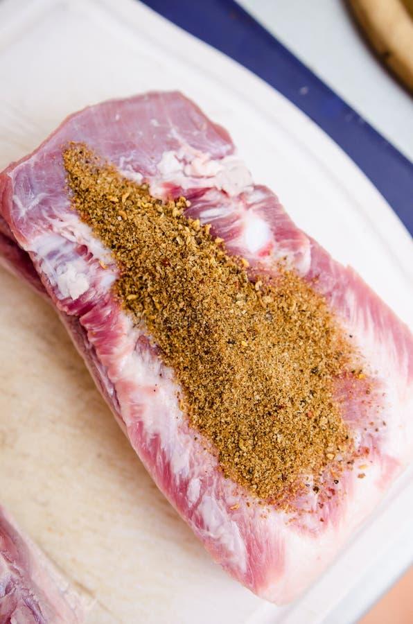 Сырцовый живот свинины с смесью специй стоковое изображение rf