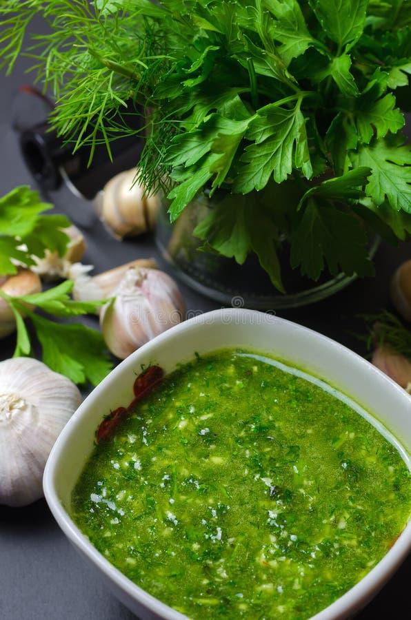 Сырцовый зеленый соус с чесноком, укропом и петрушкой стоковая фотография