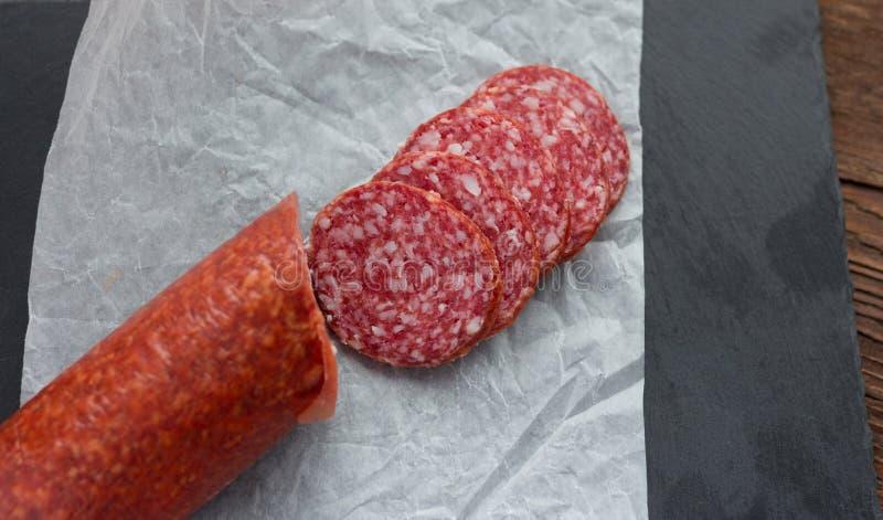 Сырцовый копченый отрезок сосиски на таблице стоковая фотография rf