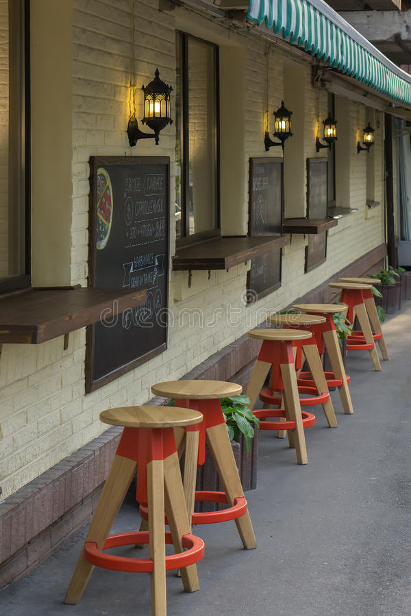 Сырцовый меньшего бара предводительствует цветники таблиц вне кафа стоковое изображение