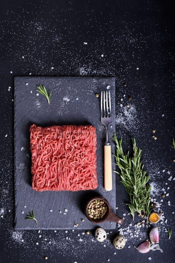 Сырцовый мраморизованный стейк земного мяса Взгляд сверху, космос экземпляра стоковое фото rf
