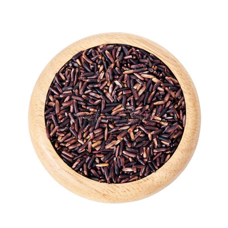 Сырцовый рис ягоды в деревянном блюде стоковая фотография