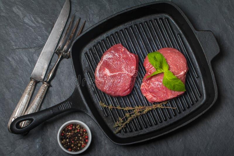 Сырцовый свежий стейк говядины на лотке гриля стоковая фотография