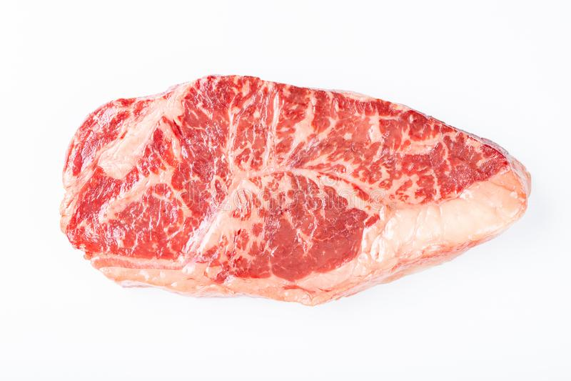 Сырцовый стейк говядины striploin изолированный против белизны Взгляд сверху стоковое изображение
