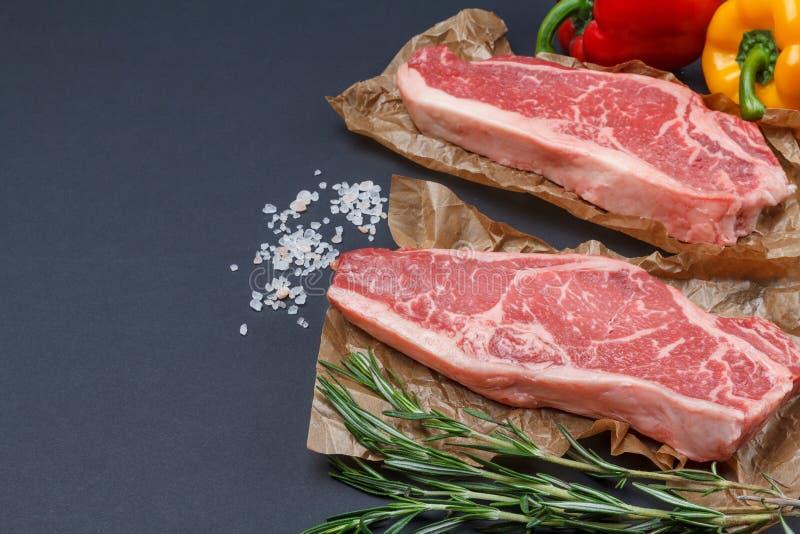 Сырцовый стейк говядины от черной предпосылки Ангуса стоковые фото