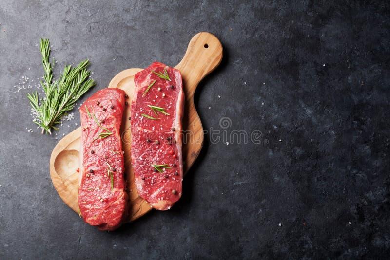 Сырцовый стейк striploin стоковая фотография rf