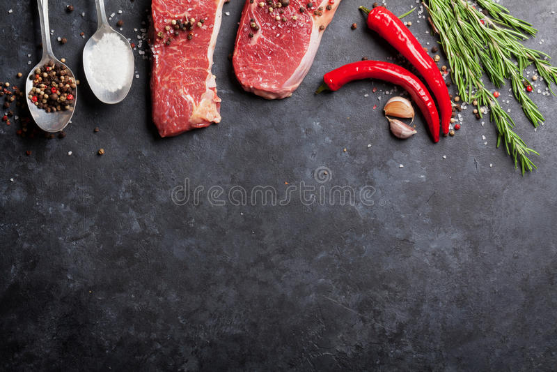 Сырцовый стейк striploin стоковое изображение rf