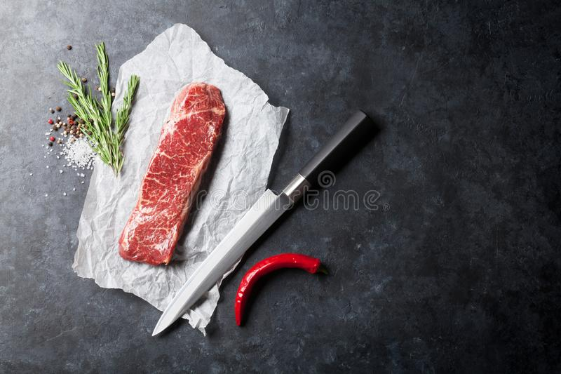 Сырцовый стейк striploin стоковые фотографии rf
