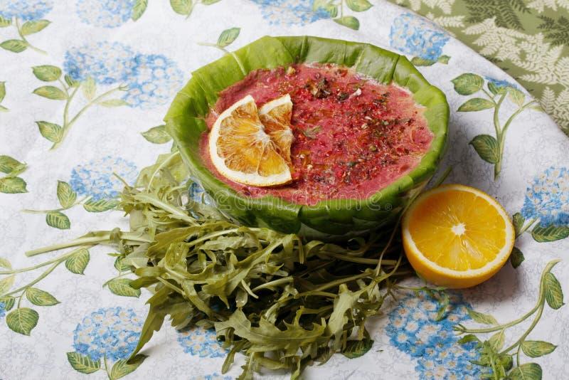 Сырцовый суп еды с кусками апельсина в плите Souchon органической стоковая фотография