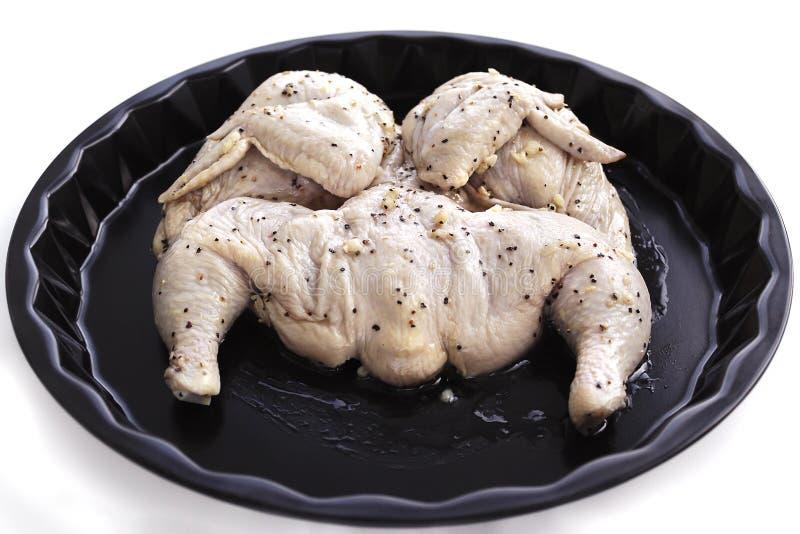 Сырцовый цыпленок в маринаде уксуса, оливкового масла с чесноком стоковые фото