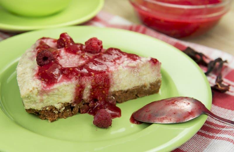 Сырцовый чизкейк ягоды vegan свободный от клейковин с замороженной поленикой стоковые изображения rf