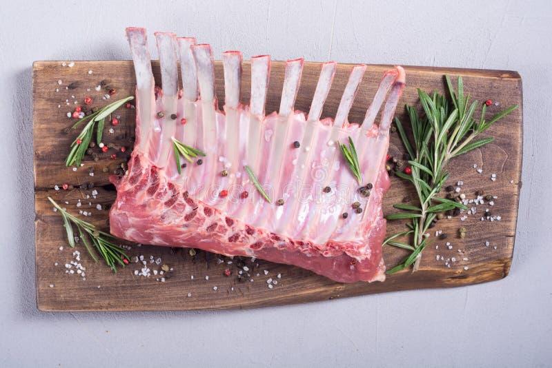 Сырцовый шкаф овечки со специями и травами стоковое изображение