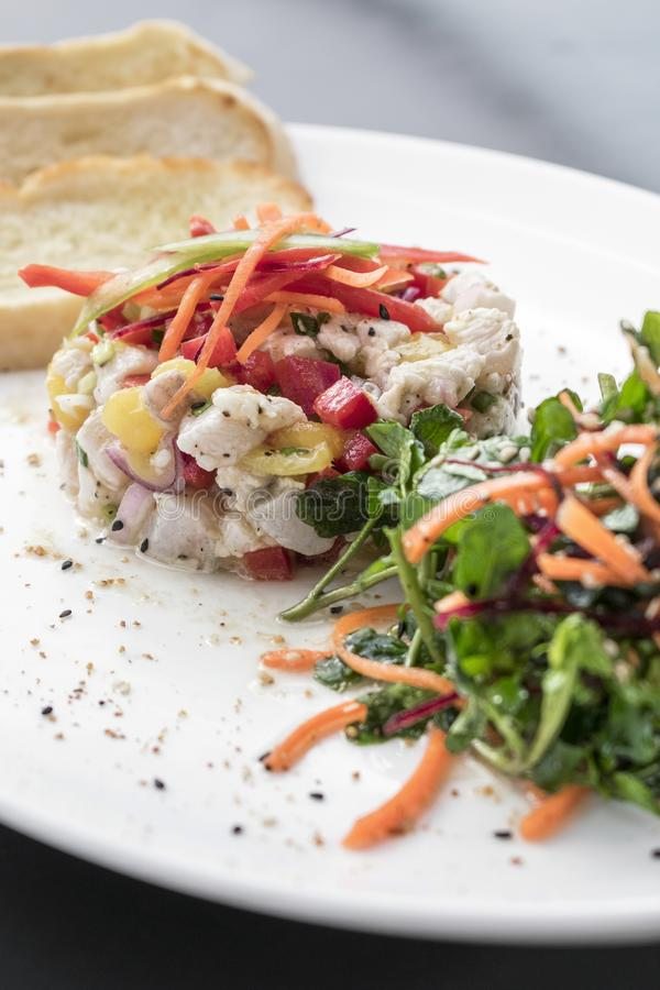 Сырцовый marinated набор стартера салата ceviche рыб морского окуня изысканный стоковое фото