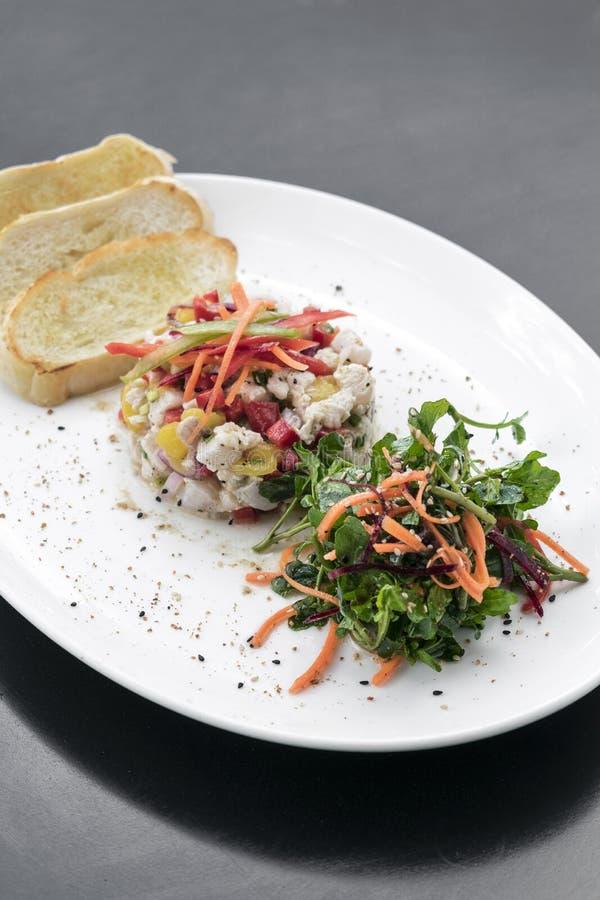 Сырцовый marinated набор стартера салата ceviche рыб морского окуня изысканный стоковые изображения rf