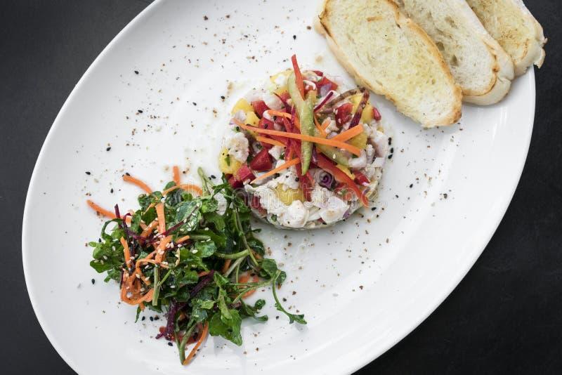Сырцовый marinated набор стартера салата ceviche рыб морского окуня изысканный стоковые фото