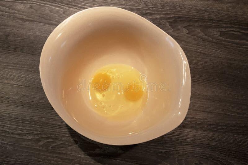 2 сырцовых яйца в большом смешивая шаре стоковое изображение rf