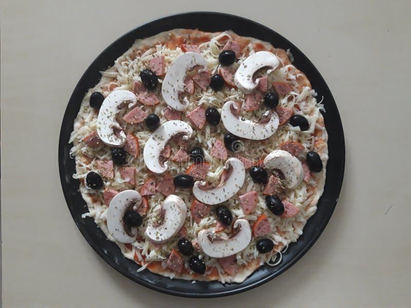 Сырая пицца стоковое фото