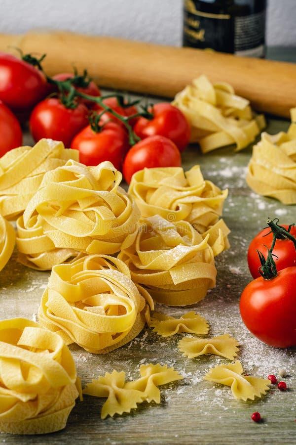 Сырые макаронные изделия fettuccine с томатами стоковые изображения