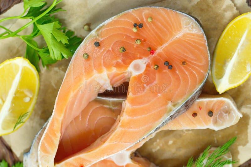 Сырые рыбы с овощами, лимоном и маслом подготовили для варить стоковое изображение