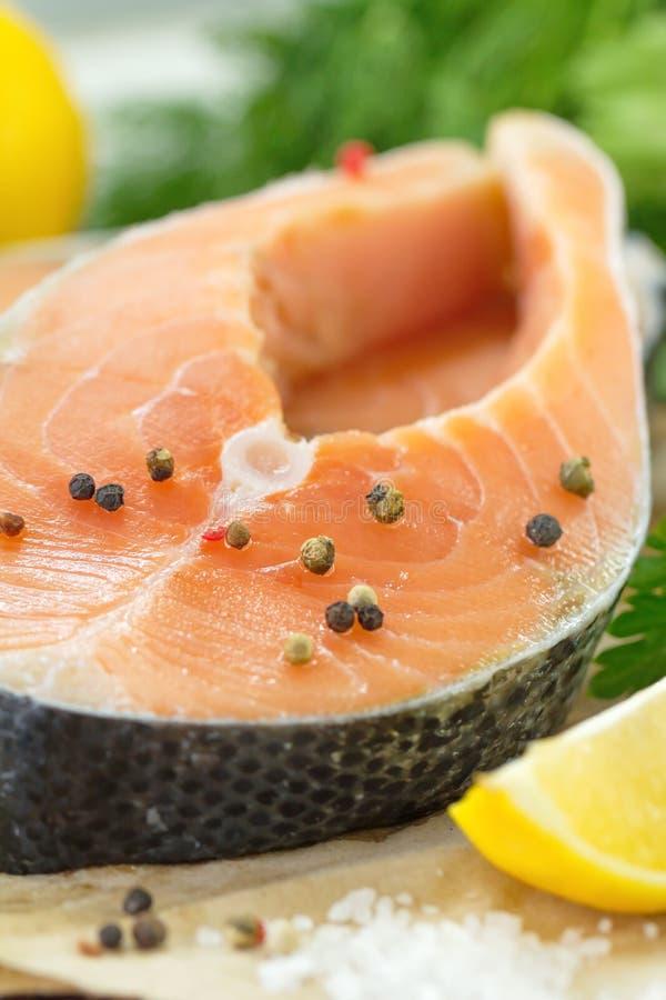 Сырые рыбы с овощами, лимоном и маслом подготовили для варить стоковая фотография