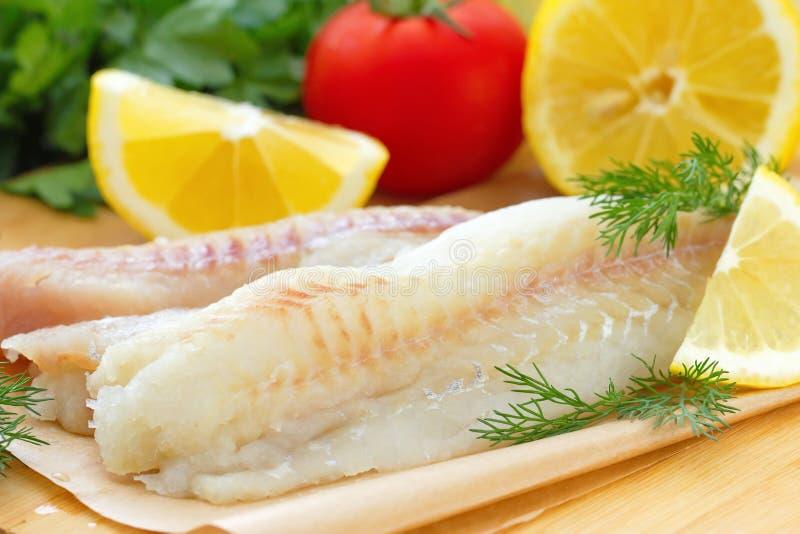 Сырые рыбы с специями и лимоном стоковые изображения