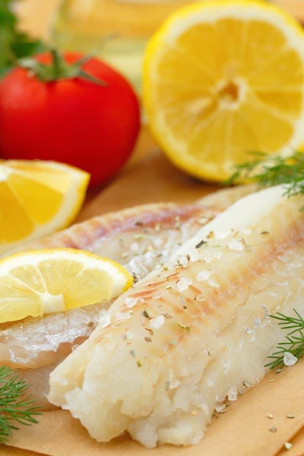 Сырые рыбы с специями и лимоном стоковые изображения rf