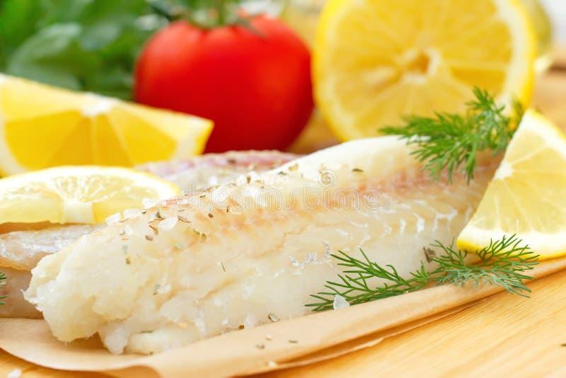 Сырые рыбы с специями и лимоном стоковое фото