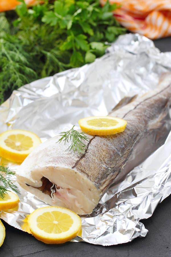 Сырые рыбы с специями и лимоном стоковое изображение