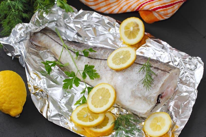 Сырые рыбы с специями и лимоном стоковая фотография rf