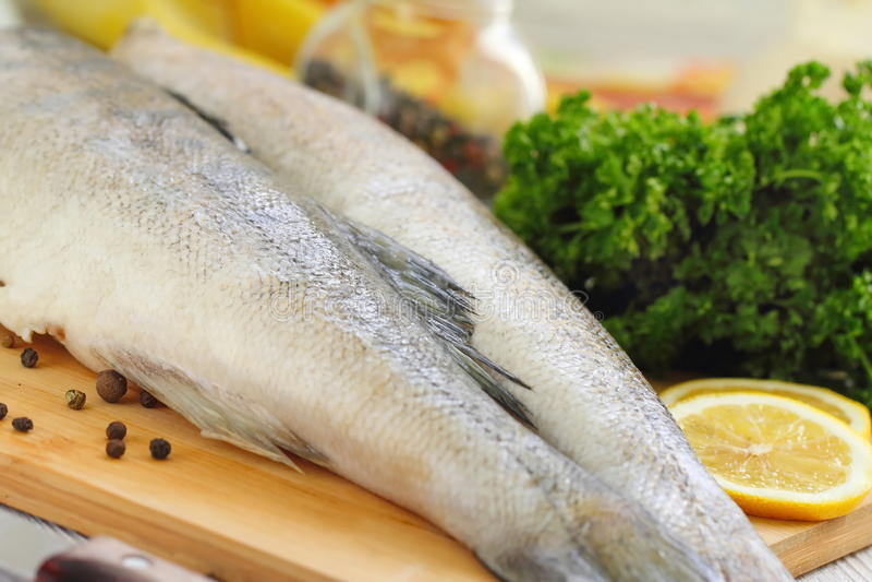 Сырые рыбы с специями и лимоном стоковая фотография