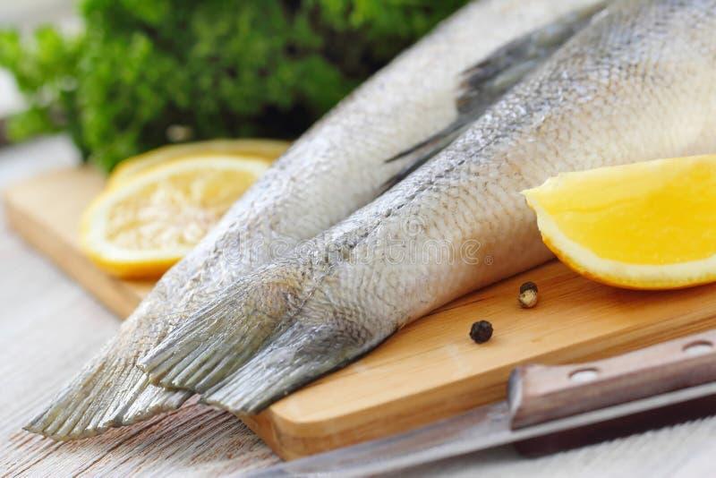 Сырые рыбы с специями и лимоном стоковое фото rf