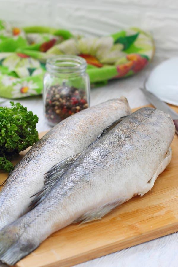Сырые рыбы с специями и лимоном стоковые фотографии rf