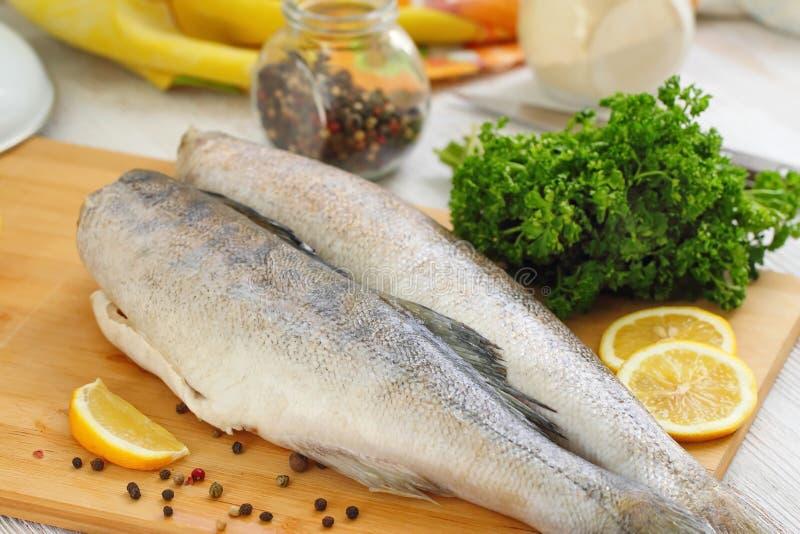 Сырые рыбы с специями и лимоном стоковое изображение rf