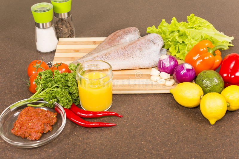 Сырые рыбы Brotola с свежими овощами стоковые фото