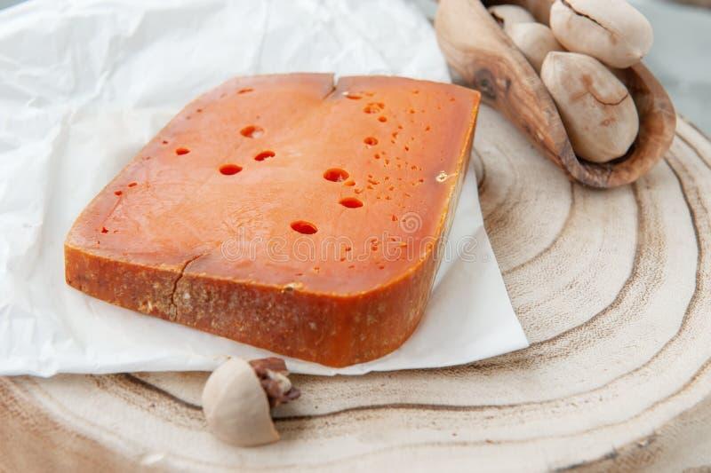 Сыры деликатеса пряные различных разнообразий Красный чеддер, на красивой текстурированной деревянной предпосылке Пряная закуска  стоковое фото rf