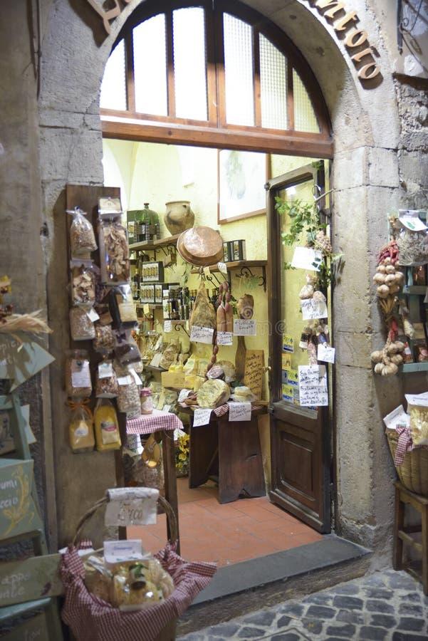Сыры и вылеченные мяс типичные итальянской кухни Продовольственный магазин в Умбрии, Италии стоковые изображения rf