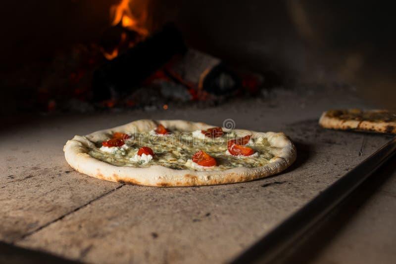 Сыры пиццы 4 в печи стоковые изображения