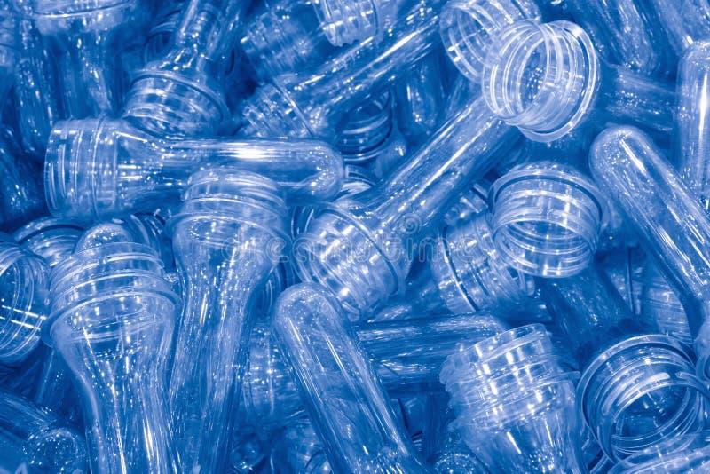 Сырье для процесса пластичной бутылки дуя Образец процесса впрыски стоковое фото rf