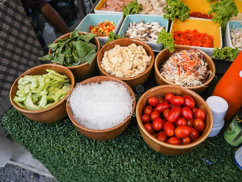 Сырье для салата папапайи, Тайской кухни в рынке стоковая фотография rf