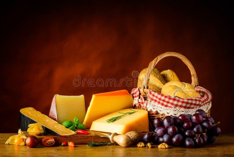 Сыр гауда и плюшка корзины стоковое изображение