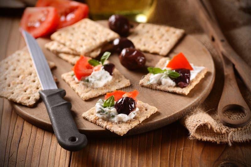 Сыр закуски на разделочной доске стоковые фото