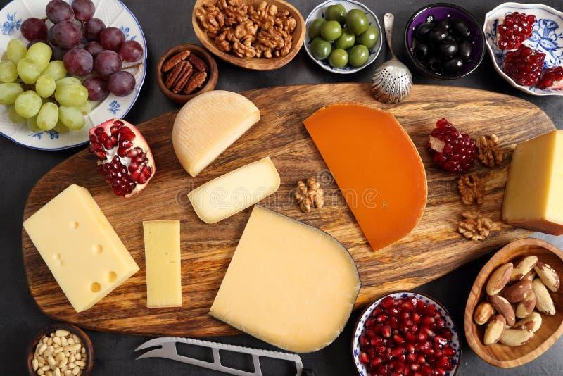 Сыр и другие закуски стоковые фото