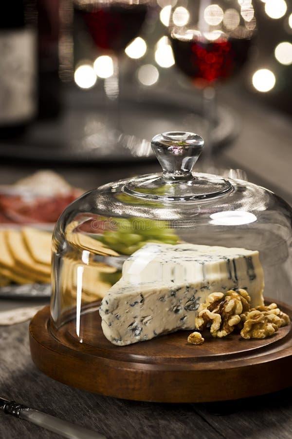 Сыр или горгонзола блю с грецкими орехами на партии Новогодней ночи стоковая фотография rf