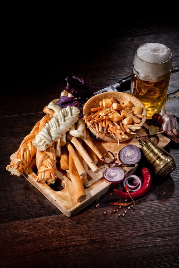 Сыр и пиво стоковое изображение rf